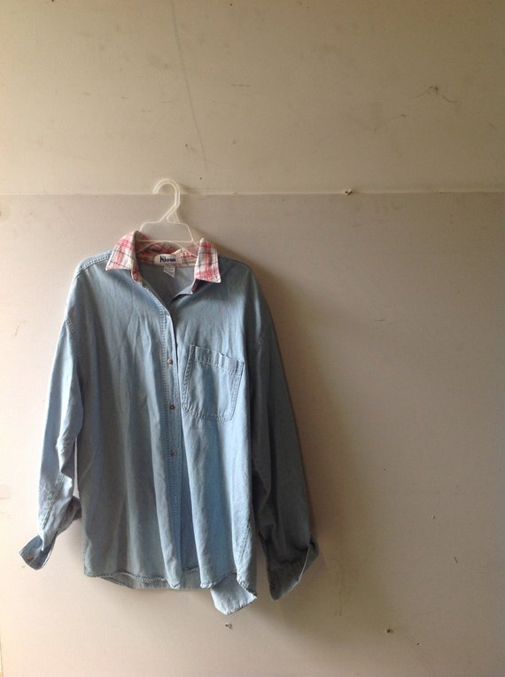 Vintage light wash denim Jean jacket, button down long sleeve shirt, with flannel-lined collar. Adult women, size Medium