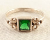 Size 5.25 Vintage Sterling Dainty Green Glass Square Ring