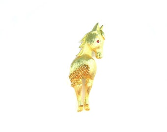 Horse Jewelry. Signed JJ Brooch. Brushed Gold Tone. 3D, Rear View. Swinging Chain Tail. Vintage 1960s Pony Figural. Retro Jewelry