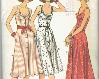 Vintage Vogue 1970s Maxi or Knee Length Sundress w/ fold-back lapels, button front and pockets. Vogue Pattern 9799 Size 8 Bust 31.5 inches.