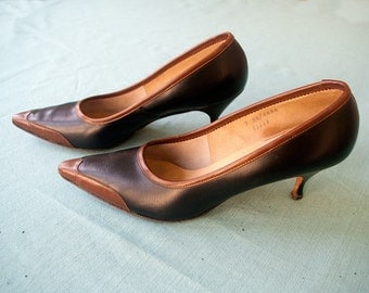 Vintage 1950s Heels | Black Leather Pumps with brown trim and pointed toe | 2.75 inch heel | by Gamins | Size 7 AA