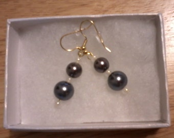 Glass pearl dangle earrings, gray/white