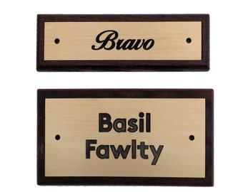 Door sign in brass and wood, exclusive name plate