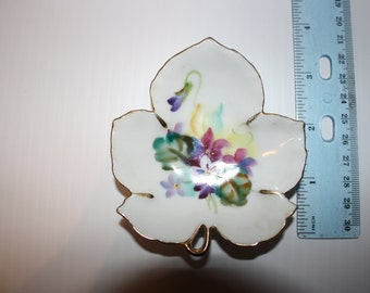 Lefton CY920 Maple Leaf Shaped Nesting Trinket Dishes Gold Trim Vintage 1940s