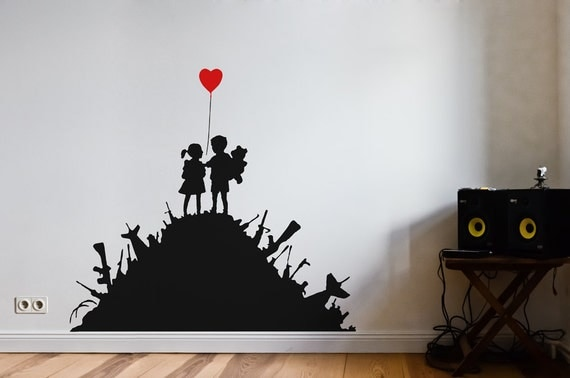 banksy wandtattoo waffenh gel mit kindern und herz ballon. Black Bedroom Furniture Sets. Home Design Ideas