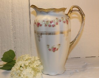 Teapot, chocolatière: white with small pink flowers