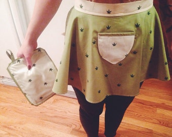 Mini weed print apron with inverse pocket