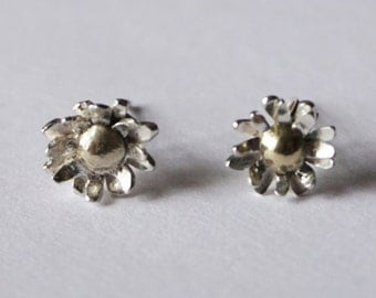 Tiny silver and 9ct gold daisy stud earrings (7mm) - Zephirine Designs