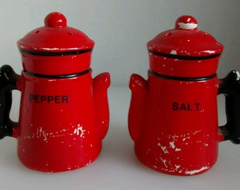 Vtg salt and pepper shakers tall teapots coffee pots shabby cottage Japan red black ceramic