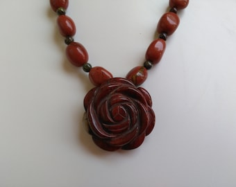 Elegant and simple natural bead necklace