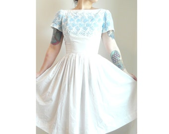 1960s white and blue embroidered day dress // size extra small - small