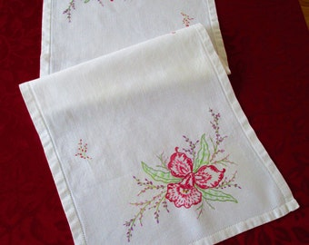 Vintage Table Runner Off White Cotton With Embroidered Flowers, Cottage Chic Flowered Table Runner, Vintage Table Runner, Table Runner