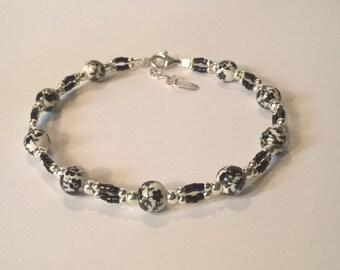 Bracelet façon maillons perles de faience blanche petites fleurs noires