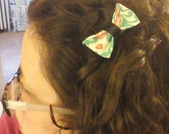 Small hair bow on clip