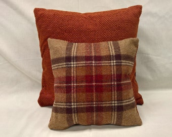 set of two decorative cushions