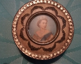 Vintage queen Elizabeth metal Tin very nice tin