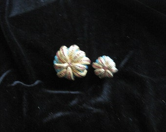 Vintage costume flower pin set;one large and one small;beautiful flower designs