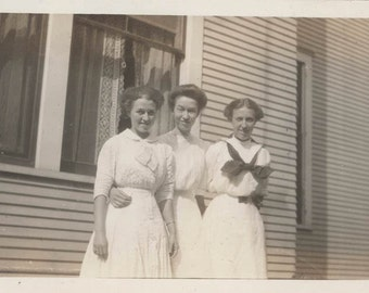 vintage photo Affectionate Three women by House White Cotton Dresses 1920
