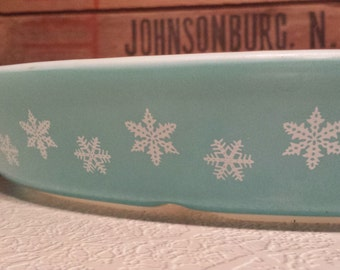 PYREX 'Snowflake' Pattern ~ Turquoise with White Snowflakes ~ Cinderella Oval ~ 1.5 QT. Divided Dish ~ No Lid