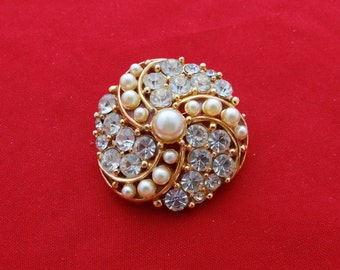 """Vintage 1.5"""" gold tone clear rhinestone and pearl brooch with sparkly stones in great condition"""