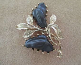 VINTAGE COSTUME JEWELRY  /  Thermoset brooch