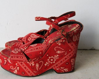 Vintage 1970s Red Paisley Platform Shoes Size 5