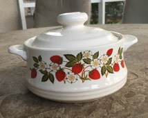 Sheffield Strawberries n cream Lidded Casserole Dish, White Daisies Wild Strawberries Stoneware Collection, Oven Safe Ceramic Bakeware