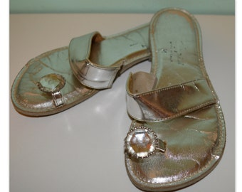 Marvelous late 1950s pool side silver metallic flip flop sandals color double strap slight heel Giant rhinestone at toe Rockabilly Pinup 7