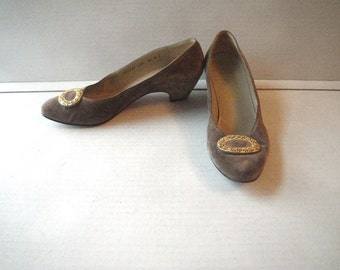 Ferragamo Low Suede Pumps Brass Oval Decoration 1980s Size 8 1/2 B Light Cocoa Brown