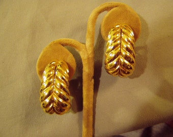 Vintage 1980s Ciner Yellow Gold Plated Clip Earrings With Feather or Fern Design  8647
