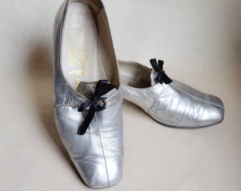 1960s Silver leather pilgrim shoes / 60s psych mod heels - uk 3 3.5