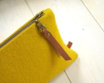 FELT POUCH / Large Pencil Case / Makeup bag / Clutch in mustard yellow merino wool felt Travelbag felt zippercase
