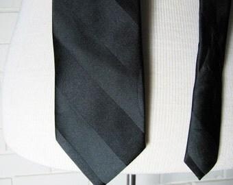 Vtg black silk necktie 3.5'' x 62''