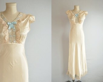 Vintage 1930s Nightgown / 30s Bias Cut Satin Lace Trim Night Gown Lingerie / Cream Satin Nightie with Bow