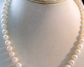 Necklace graduated akoya pearls, 18ct gold clasp with diamonds