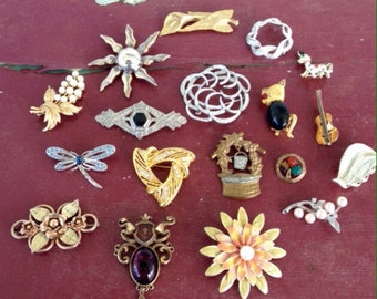 Mixed lot of 18 vintage brooches