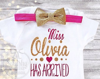 Newborn Baby Girl Outfit, Personalized Newbon Bodysuit, Unique Baby Shower Gift, Baby Annoucement, NO SHED Glitter Newborn Girl Clothes