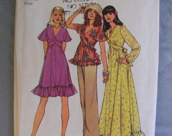 51% OFF Misses' Dress or Top Ruffle Bottom 1970's Vintage Simplicity Sewing Pattern 6600