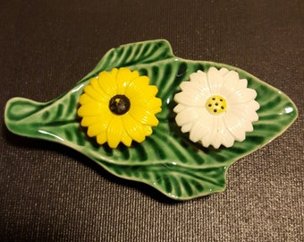 Daisy Flower Miniature Salt And Pepper Shakers.