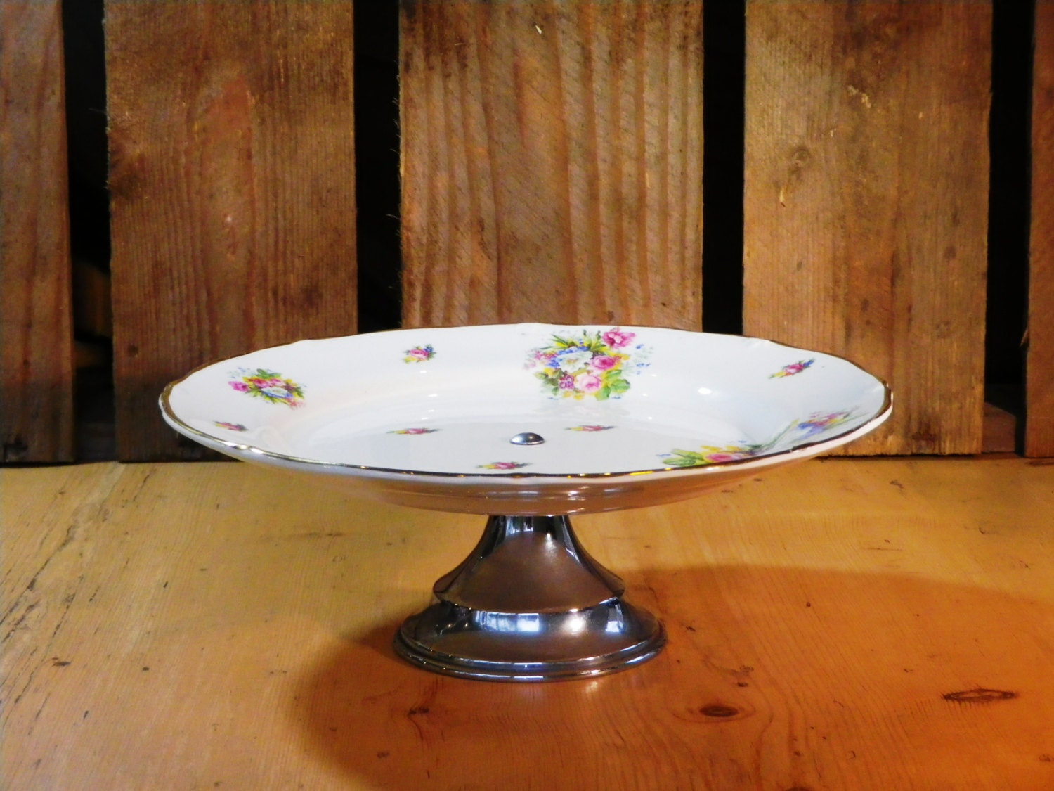 Art deco cake stand with pretty floral plate on chromed base for Pretty cake stands