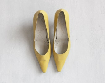 yellow pale shoes / yellow pumps shoes / classic stiletto shoes / 50s style shoes / size 38 shoes / stiletto shoes