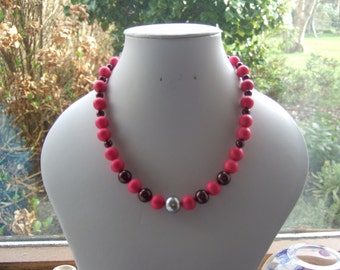 """Cerise Pink, Maroon and Silver Shell Pearl 16"""" Beaded Necklace."""