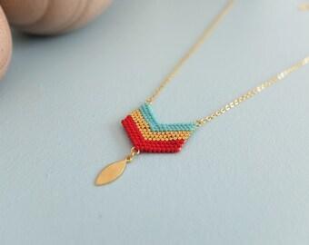 Collier minimaliste chevrons, tissé à l'aiguille en perles de verre japonaises, délicas Miyuki, apprêts dorés à l'or fin 24 carats