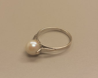 18K White Gold Ring With Pearl