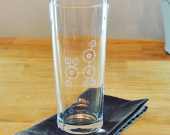 Geeky hand etched and personalisable tall pint glass showing the molecular structure of alcohol (C2H5OH)