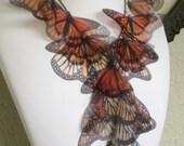 Migration - monarque fait à la main en soie Organza papillons collier, collier déclaration - unique en son genre - réalisée sur commande