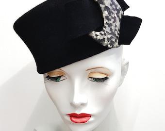 Black fur felt shaped toque hat with vintage black grey white buckle headsize 56cm 22 inches
