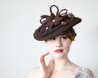 1940s vintage hat / brown wool tilt hat with flowers