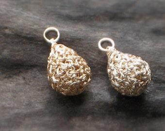 TINY-TEARDROP CHARM Pendant Plated Silver + Gold Crocheted Wire [Charme Collier crochet plaqué or, argent—Colgante ganchillo baño oro plata]
