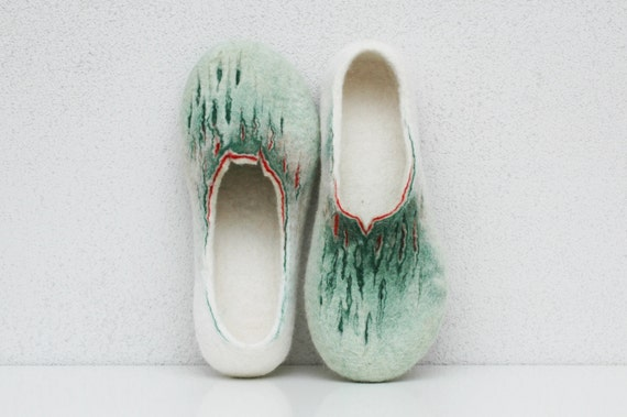 Felted slippers Women slippers Women home shoes Cogs Green white red Valenki Natural wool 100% wool Women winter shoes Gift Woolen clogs